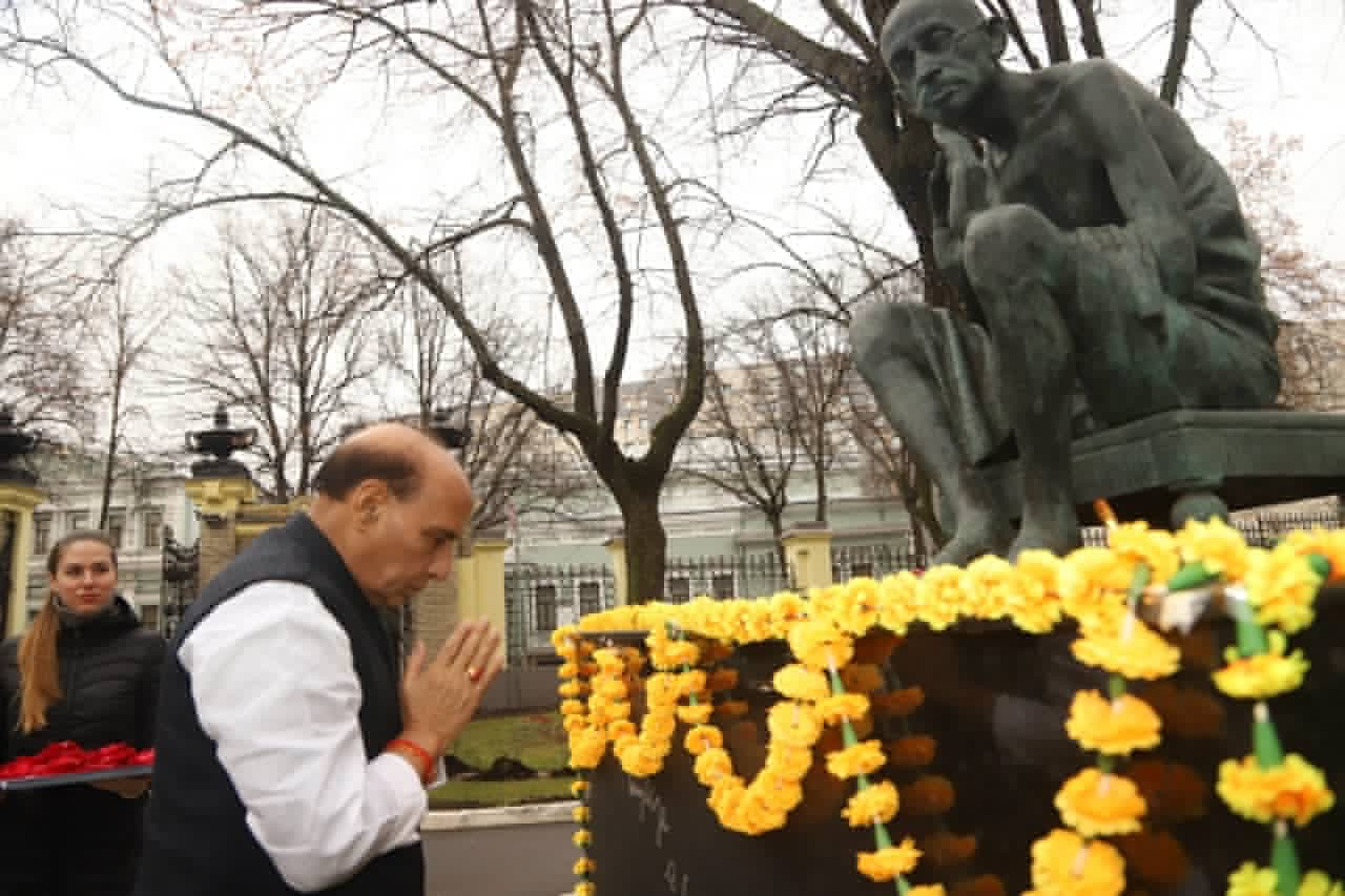 Rajnath pays tribute to Mahatma Gandhi's statue in Moscow